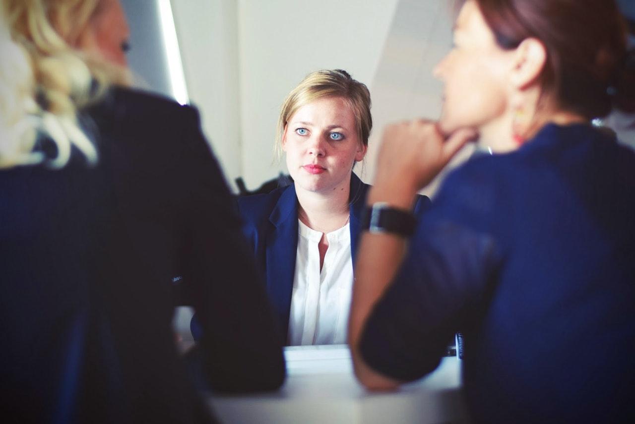 mulher conversa com casal