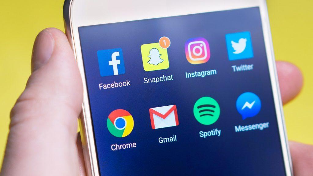 tela de computador com ícones das redes sociais