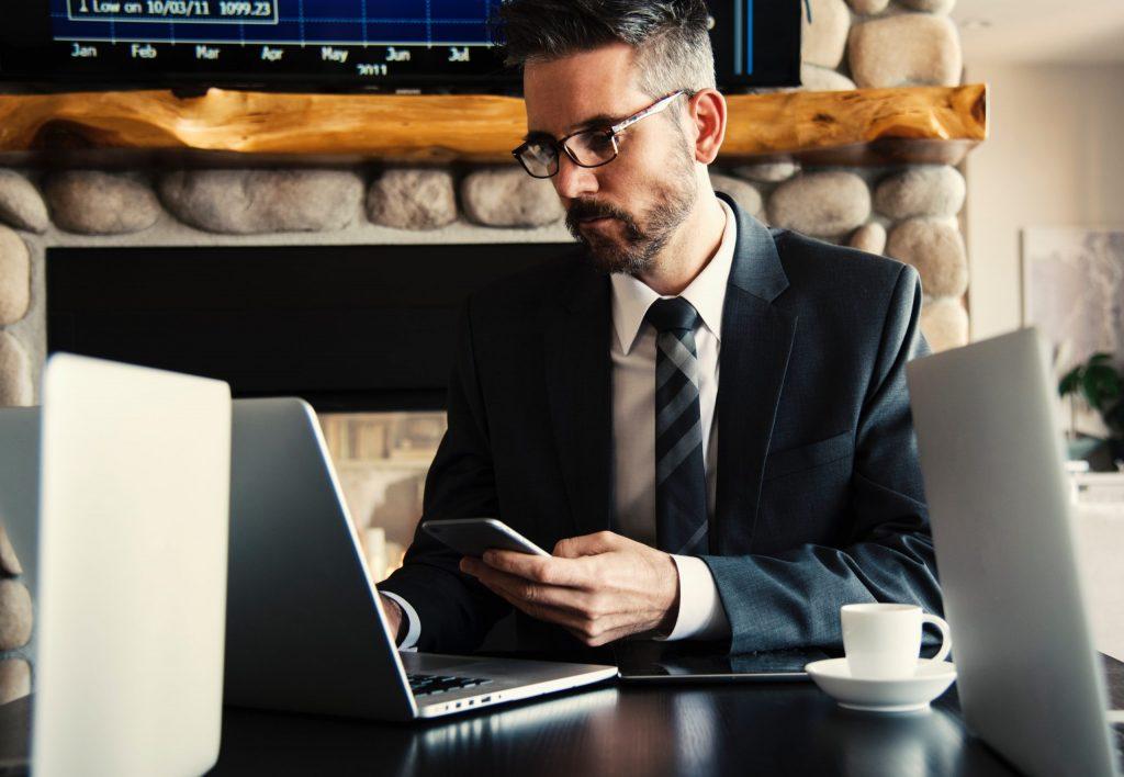 homem no computador em um site para imobiliária