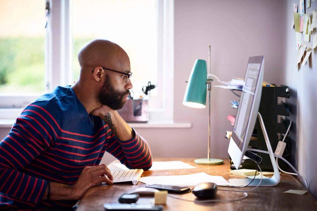 homem tem frente ao computador