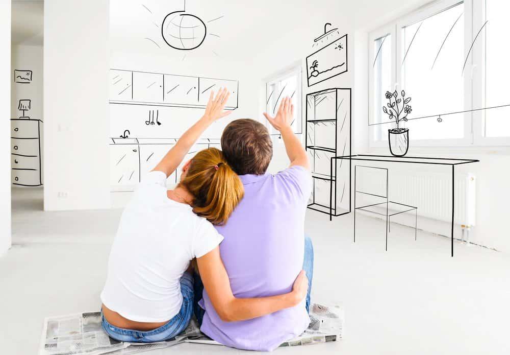 casal decorando virtualmente a casa